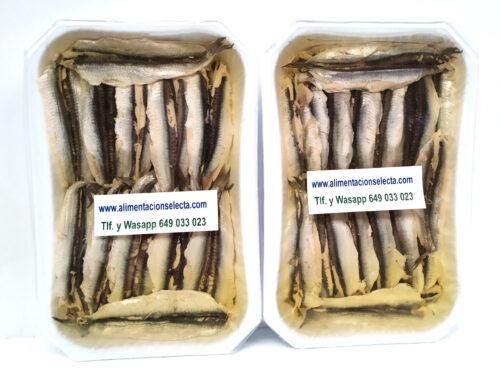 Boquerones en Vinagre Receta del Mar Cantábrico Lote de 2 bandejas de 700 gr neto cada una de ellas elaborados en fresco en Santoña de forma completamente artesanal con Engraulis Encrasicholus Boquerón del Cantábrico como demuestra su limpieza y sus preciosos lomos sólo añadiendo vinagre aceite de girasol y sal marina para que Ustedes puedan elaborar Boquerones en vinagre receta Masterchef receta Chicote receta Karlos arguiñano Boquerones receta de la abuela etc a su gusto Lote de Boquerones en Vinagre receta fresca del Mar Cantábrico con todas sus propiedades y con Calidad Garantizada para que Usted los deguste según su receta preferida Vendemos la mejor Calidad de Boquerones en Vinagre con envío a domicilio a toda España y Europa incluida. Nuestros Boquerones en Vinagre receta fácil son limpiados, cortados, eviscerados y envasados uno a uno, filete a filete por las ágiles manos de nuestras anchoeras Santoñesas de más experiencia gracias a lo cual conseguimos una limpieza máxima de cada boquerón y una óptima presentación Es probable que si compara los precios de otros Boquerones en Vinagre supuestamente elaborados con bocartes del Cantábrico y vendidos en grandes superficies comerciales estos les parezcan a priori más baratos pero les Garantizamos de verdad que la Calidad de nuestros Boquerones de Bocarte del Mar Cantábrico les va a sorprender Los Boquerones en Vinagre procedentes de nuestra villa marinera se diferencian claramente de cualquier otra conserva elaborada en cualquier otra parte de España porque en Santoña es donde se INVENTA y PRODUCE por primera vez en el mundo la conserva de Anchoas y Boquerones dando origen a una manera artesanal sin precedentes de cómo elaborar artesanalmente recetas de boquerones de todo tipo Estas Conservas y Recetas de Boquerones de gran Calidad son Conservas Gourmet ideales no solo para compartir en familia regalos etc sino para el sector de hostelería y restauración por su exquisita relación precio calidad Y si desea comprar 