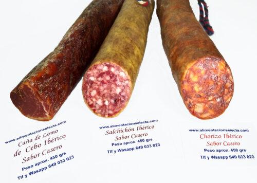Lote de Productos Ibéricos Sabor Casero compuesto por 3 piezas de 450 gramos aprox cada una con 1 Caña de lomo Ibérico 1 Salchichón Ibérico y 1 Chorizo Ibérico que harán las delicias de su paladar o de aquellas personas a las que regale tan exquisito Lote de Productos Ibéricos Seleccionados dispuestos a competir con cualquier otro Producto Gourmet capaz de componer una exquisita Cesta de Regalos Gourmet Ibéricos Lote de Productos Ibéricos elaborados a base de las mejores carnes y piezas del cerdo Ibérico donde resaltan sus característicos colores vivos y sus potentes aromas tradicionales Vendemos la mejor Calidad de Productos Ibéricos con envío a domicilio a toda España y Europa incluida. Nuestros Productos Ibéricos como el Lomo el Chorizo ó el Salchichón Ibérico presentados en piezas de 450 grs aproximadamente cada uno han tenido un proceso de maduración y desecación que les da su característico olor sabor y color y que les hace incomparables con otros productos de carácter más industrial que Ustedes pueden comprar en grandes superficies Es probable que si compara los precios de otros Lotes de productos Ibéricos supuestamente elaborados de manera tradicional y vendidos en grandes superficies comerciales estos les parezcan a priori más baratos pero les Garantizamos de verdad que la Calidad de nuestros Chorizos salchichones y Lomos Ibéricos les va a sorprender Los Productos Ibéricos Ofertados en este lote se van a caracterizar al corte por un picado grueso y una constante infiltración de la grasa en la musculatura de los animales que representa la verdad de su crianza en campo abierto y que hace que a la hora de consumir estos productos Ibéricos Usted pueda disfrutar de todas sus cualidades organolépticas desde que abre el vacío Esta jugosidad en boca hace de nuestra Selección de Productos Ibéricos un regalo perfecto no solo para compartir en familia regalos etc sino como ingrediente imprescindible para el sector de hostelería y restauración por su exquisita relación